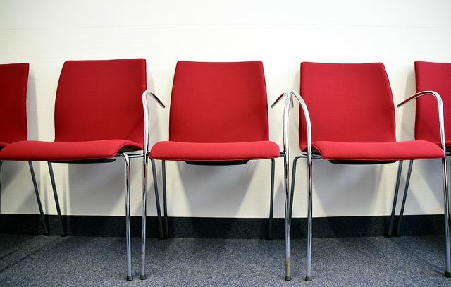 červenostříbrné židle
